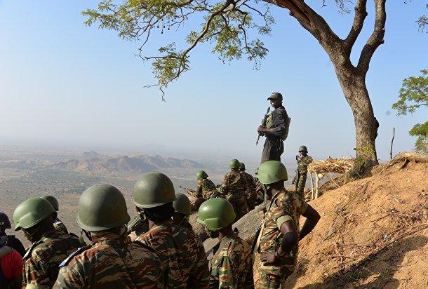 Солдаты камерунской армии патрулируют территорию возле села Мабасс