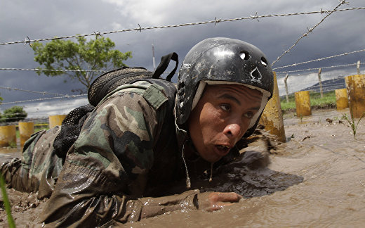 Солдат уругвайского спецназа участвует в международном соревновании Fuerzas Comando 2011
