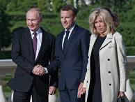 Президент РФ Владимир Путин и президент Франции Эмманюэль Макрон с супругой Бриджит во время встречи. 24 мая 2018