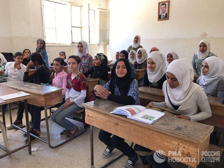 Ученицы на уроке русского языка в школе для девочек в сирийском Дейр-эз-Зоре