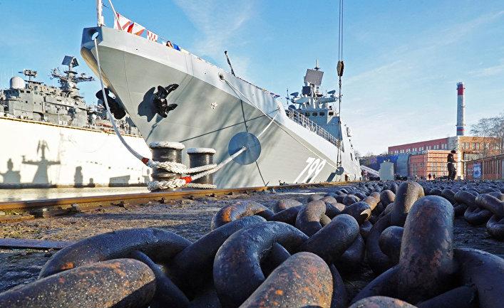 """Торжественная церемония подъема военно-морского флага на сторожевом корабле """"Адмирал Макаров"""" в Калининграде"""
