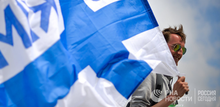 """Болельщик с финским флагом в Олимпийском парке перед стартом гонки российского этапа чемпионата мира по кольцевым автогонкам в классе """"Формула-1""""."""