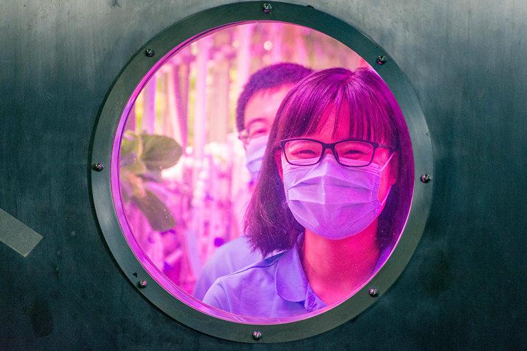 Студенты-добровольцы внутри лунной лаборатории, имитирующей лунную среду в Пекине