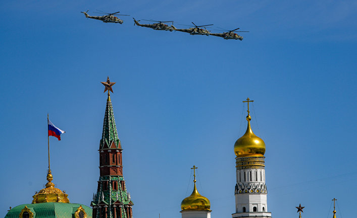Ударные вертолеты Ми-24П во время воздушной части военного парада, посвященного 73-й годовщине Победы в ВОВ
