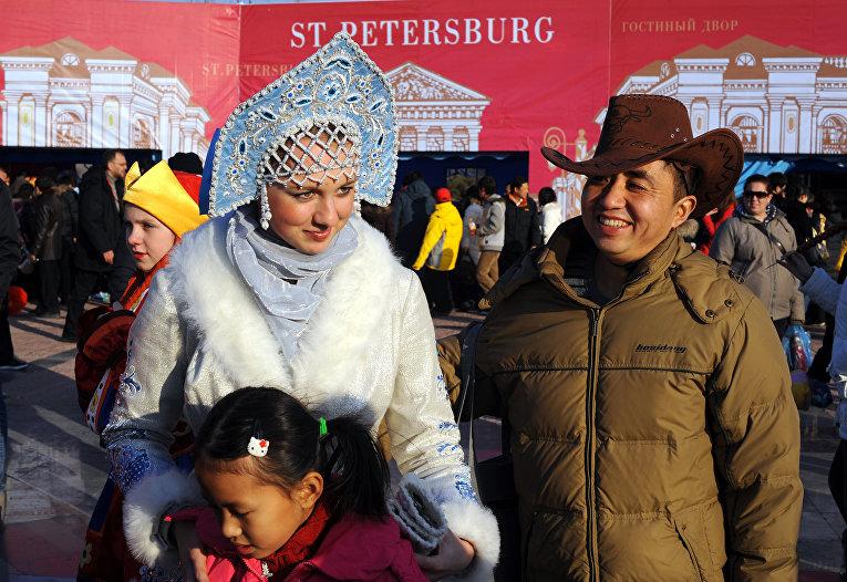 Девушка позирует на фестивале в честь китайского нового года в Пекине