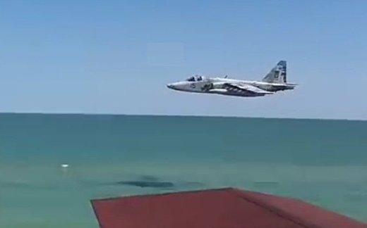 Украинский Су-25 пронесся над пляжем
