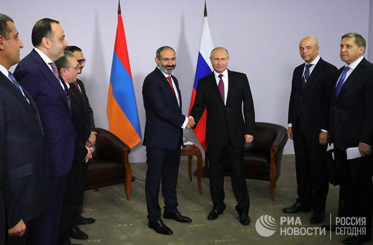 Президент РФ Владимир Путин и премьер-министр Армении Никол Пашинян во время встречи. 14 мая 2018