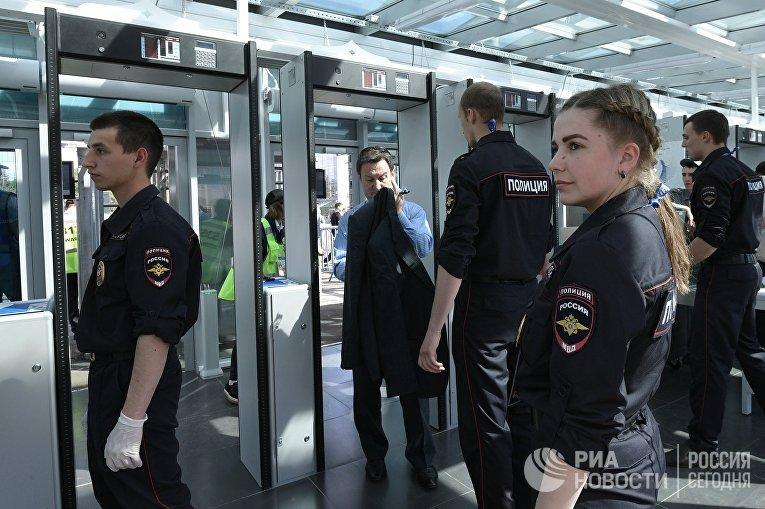 Сотрудники полиции досматривают болельщиков перед матчем открытия Кубка конфедераций-2017 на стадионе «Санкт-Петербург Арена»