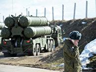 Военнослужащий на фоне комплекса С-400 во время несения боевого дежурства зенитными ракетными дивизионами