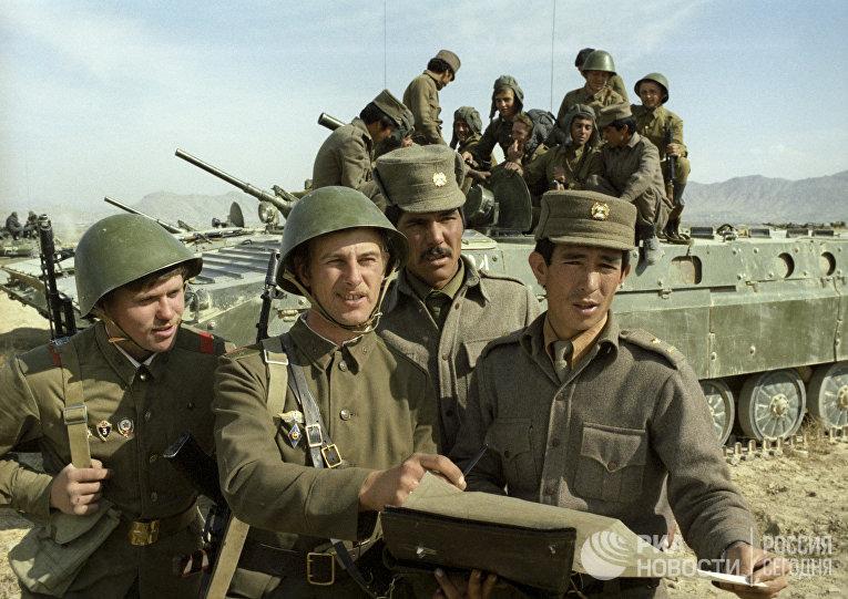 Советские и афганские воины