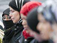 Мусульманки молятся на площади Пьяцца Венеция в Риме, Италия