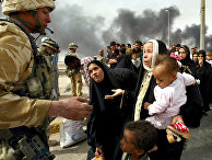 Британские солдаты проверяют беженцев на окраине города Басры, Ирак