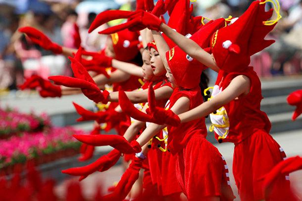 Дети выступают на церемонии открытия фестиваля раков в Сюйюй, Китай