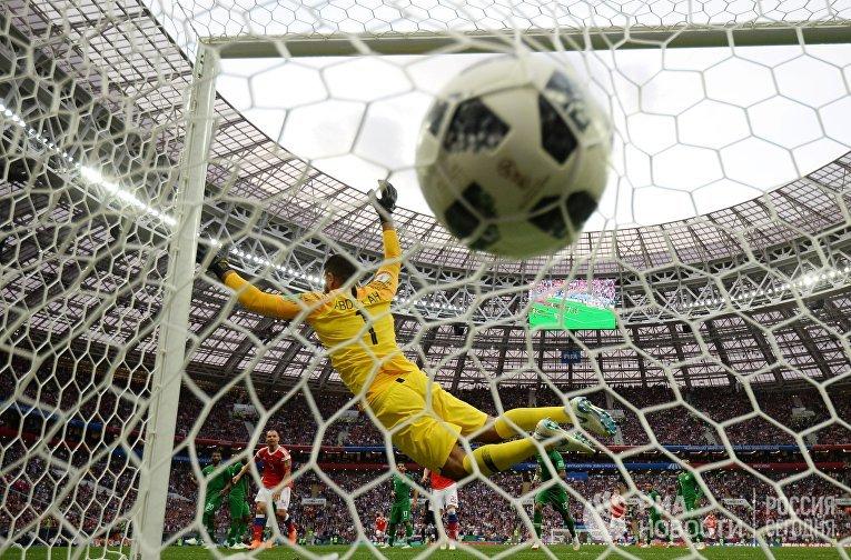 Вратарь Абдаллах Аль-Муаиуф (Саудовская Аравия) пропускает мяч в матче группового этапа чемпионата мира по футболу между сборными России и Саудовской Аравии