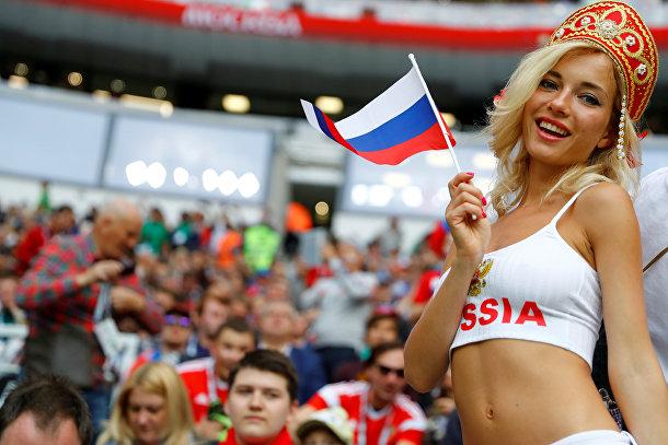 Болельщик сборной России на московском стадионе Лужники