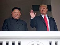 """Президент США Дональд Трамп и лидер КНДР Ким Чен Ын на балконе отеля """"Капелла"""" в Сингапуре. 12 июня 2018"""