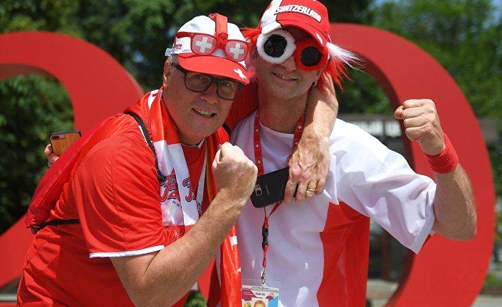 Болельщики сборной Швейцарии накануне матча чемпионата мира по футболу FIFA-2018 между сборными Бразилии и Швейцарии в Ростове-на-Дону.