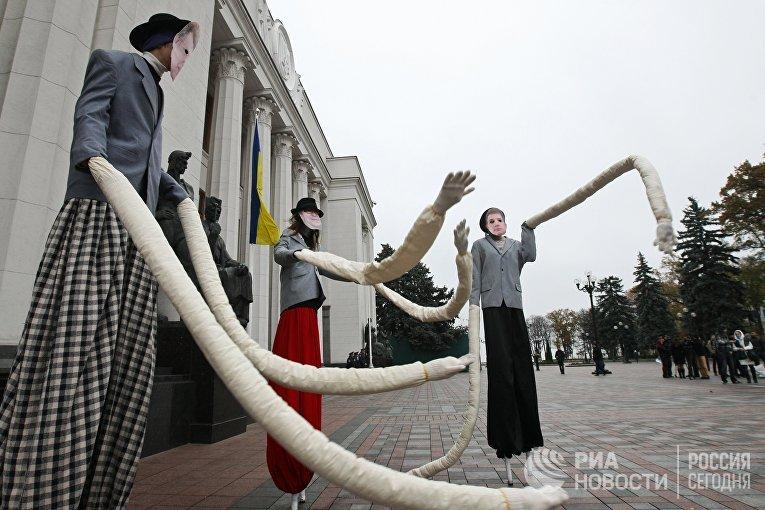Представители общественных организаций на антикоррупционной акции у здания Верховной Рады Украины