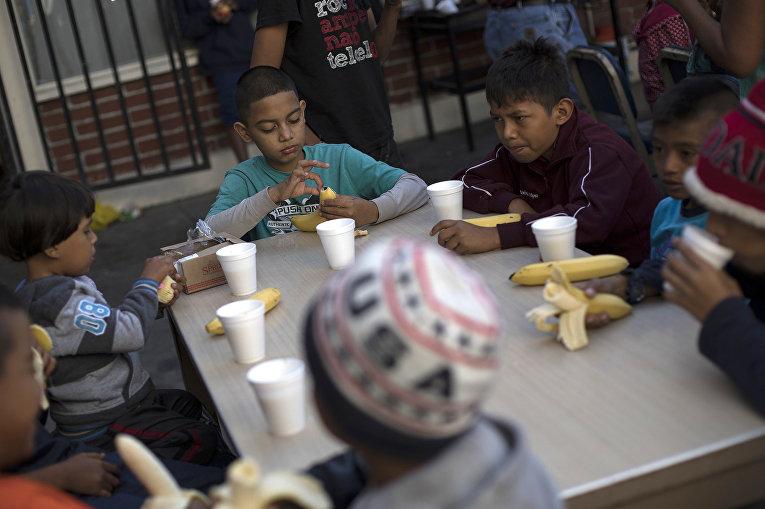 Мигранты на границе Мексики и США в Тихуане
