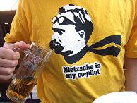"""Мужчина в футболке с надписью """"Ницше - мой второй пилот"""""""