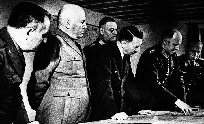 Адольф Гитлер и Бенито Муссолини смотрят на военную карту, сентябрь 1941 года