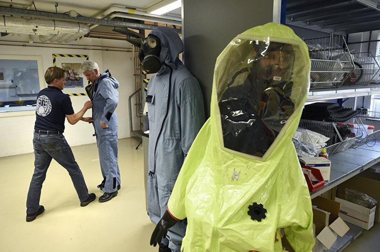 Костюмы химической защиты проверяют в штаб-квартире ОЗХО в Гааге