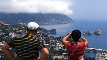 Туристы фотографируют гору Аю-Даг