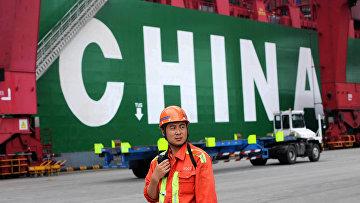 Работник в порту Циндао, провинция Шаньдуна, Китай