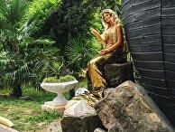 Девушка в костюме русалки в парке Ривьера в Сочи