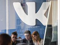 Логотип социальной сети ВКонтакте в офисе компании Mail.ru