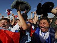 Российские болельщики во время просмотра матча в фан-зоне