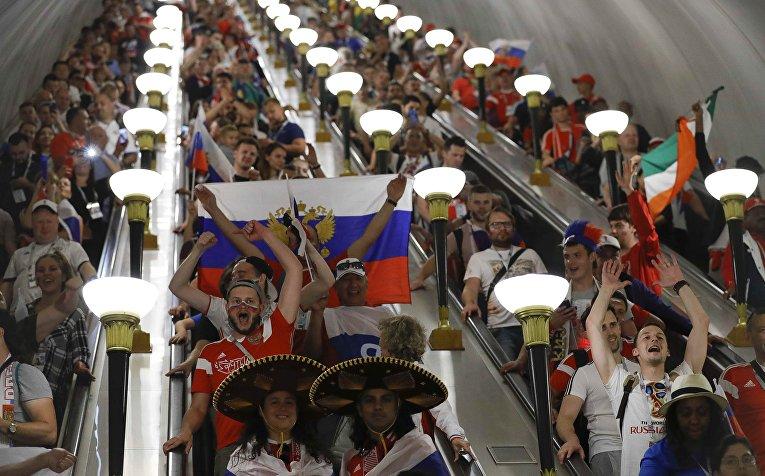Российские болельщики празднуют победу на эскалаторе в метро