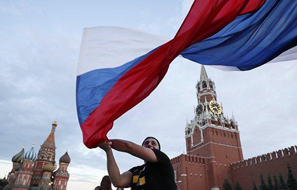 Российский болельщик празднует победу сборной России на Красной площади