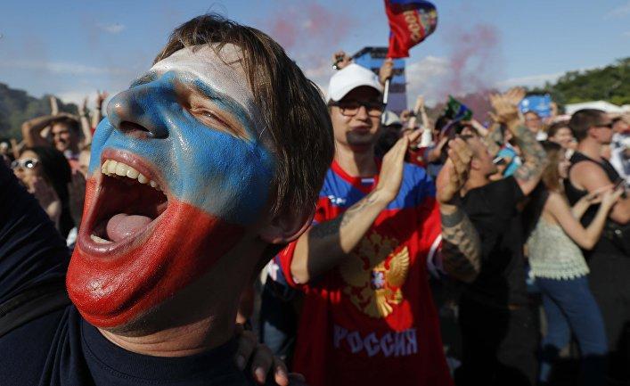 Российские болельщики во время просмотра матча между сборными России и Испании в Москве