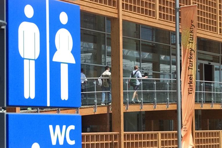 Посетители на всемирной выставке Expo 2000 в Ганновере, Германия