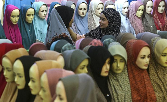 Женщины в магазине платков на базаре в Куала-Лумпур, Малайзия