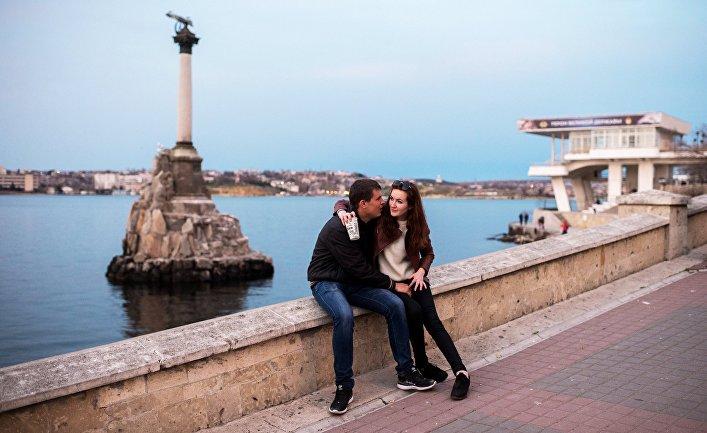 Молодые люди на набережной в Севастополе