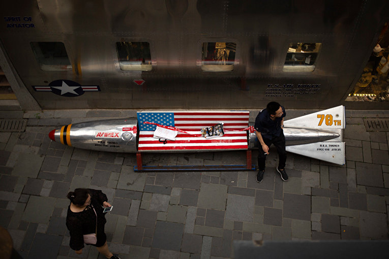Скамейка с флагом США в торговом центре в Пекине
