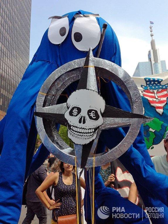 Участники протеста против предстоящего выступления президента США Дональда Трампа на саммите НАТО. 7 июля 2018