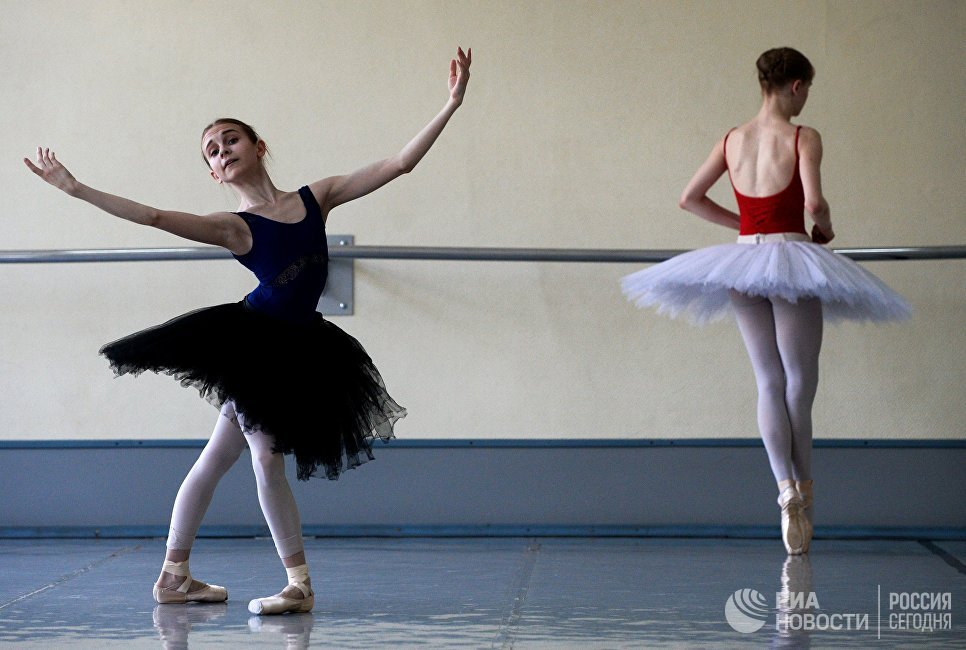 Учащиеся Новосибирского государственного хореографического училища во время урока в балетном классе