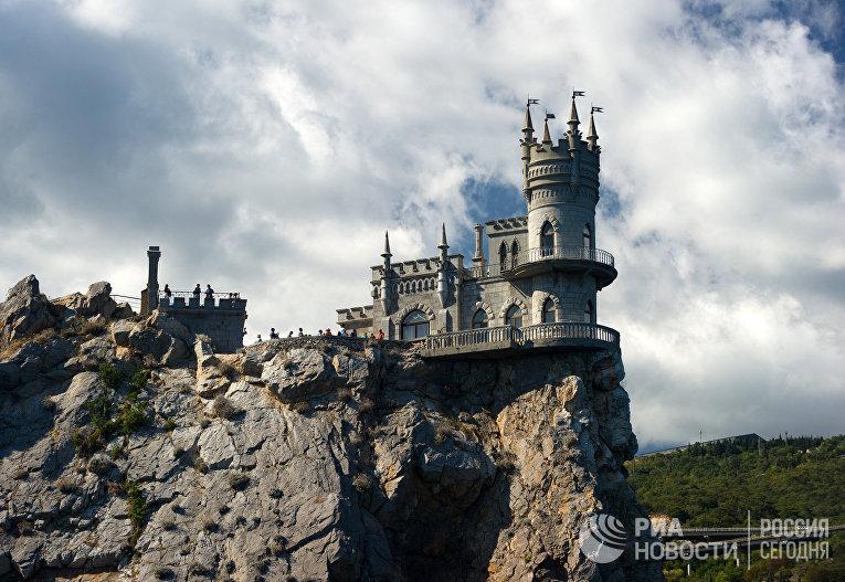 """Замок """"Ласточкино гнездо"""" на береговой скале в поселке Гаспра в Крыму."""