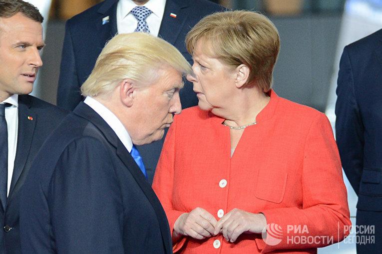 Эммануэль Макрон,  Дональд Трамп и Ангела Меркель на рамках саммите НАТО в Брюсселе