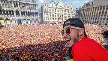 Звезда бельгийского футбола Эден Азар машет толпе футбольных болельщиков в Брюсселе, Бельгия, после того как его команда стала бронзовым призером ЧМ-2018