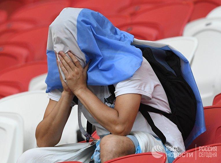 Болельщик сборной Аргентины после матча 1/8 финала чемпионата мира по футболу между сборными Франции и Аргентины
