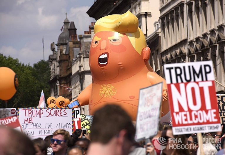 Участники акции против визита президента США Дональда Трампа в Великобританию на Площади Парламента в Лондоне