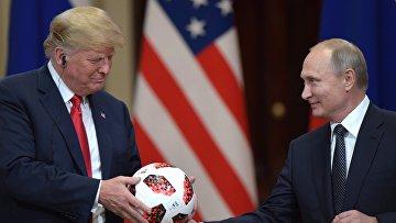 Президент РФ Владимир Путин и президент США Дональд Трамп (слева) на совместной пресс-конференции по итогам встречи в Хельсинки.