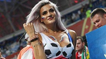 Болельщица на матче 1/8 финала чемпионата мира по футболу между сборными Уругвая и Португалии