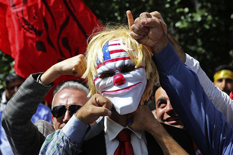 Иранские протестующие во время протеста внутри бывшего посольства США в Тегеране, Иран