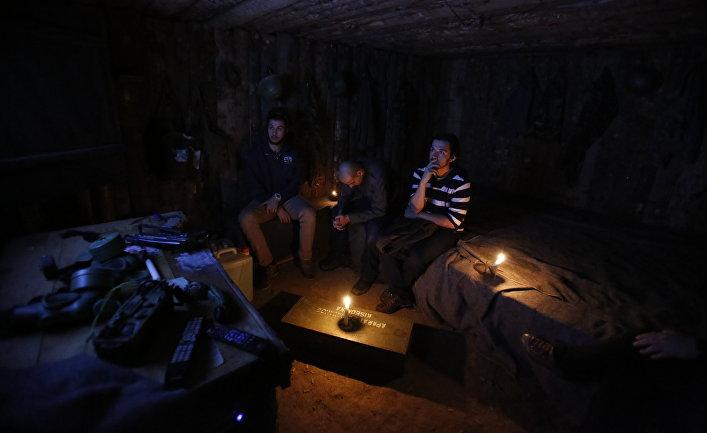 Владелец War Hostel Ариян Курбашич с двумя гостями в бункере, оборудованном в подвале хостела в Сараево