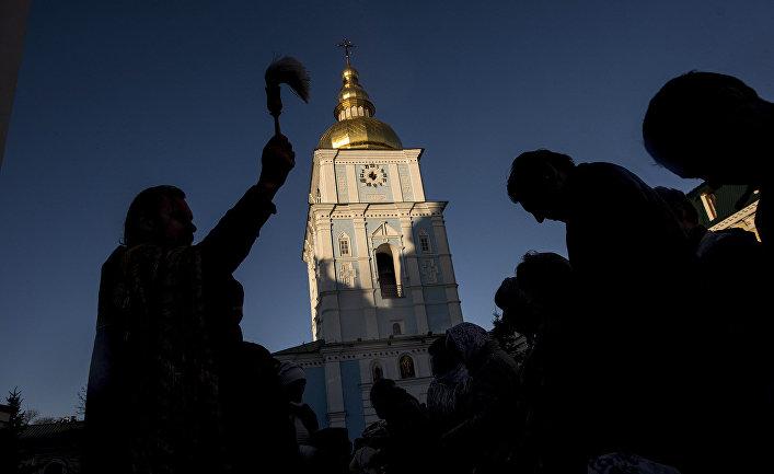 Подготовка к празднованию Пасхи во Владимирском монастыре в Киеве, Украина